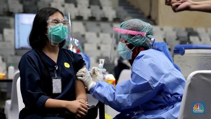 Sejumlah tenaga medis mengikuti proses vaksinasi Covid-19 di Istora Senayan, Kamis, 4 Februari 2021. Ribuan tenaga kesehatan akan menerima vaksinasi covid-19 tahap pertama di Istora Senayan, Jakarta. Vaksinasi massal ini digelar mulai pukul 08.00-16.00 WIB. Vaksinasi dilakukan secara teratur dengan menerapkan protokol kesehatan yang ketat. Peserta terpilih yang telah mendapatkan email konfirmasi, nantinya akan diberitahukan tempat dan jam kehadiran. Vaksinasi massal ini diperuntukan bagi tenaga kesehatan yang belum mendapatkan vaksin. Dalam vaksinasi massal ini, Pemprov menargetkan untuk menyuntik 6.000 tenaga kesehatan. Vaksinasi ini untuk penyuntikan dosis pertama Sinovac. (CNBC Indonesia/ Muhammad Sabki)