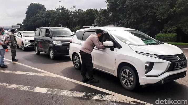 Ganjil-genap Diterapkan di Bogor, Kendaraan Bernopol Ganjil Diputarbalik (M Sholihin/detikNews/)