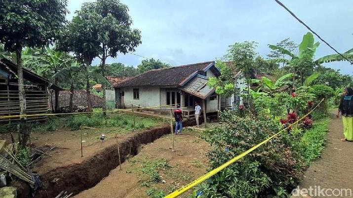 Retakan Akibat Tanah Gerak di Sukabumi. (Syahdan Alamsyah - detikNews)
