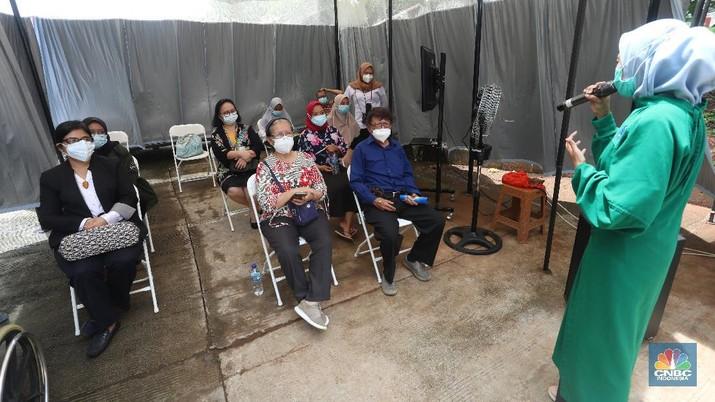Petugas menyuntikkan vaksin COVID-19 produksi Sinovac kepada tenaga kesehatan berusia lanjut saat kegiatan vaksinasi massal dosis pertama di Puskesmas Kecamatan Kramat Jati, Jakarta, Senin (8/2/2021). Kementerian Kesehatan (Kemenkes) memulai vaksinasi tenaga kesehatan di atas 60 tahun setelah Badan Pengawas Obat dan Makanan (BPOM) mengeluarkan izin penggunaan vaksin tersebut untuk lansia. (CNBC Indonesia/Andrean Kristianto)