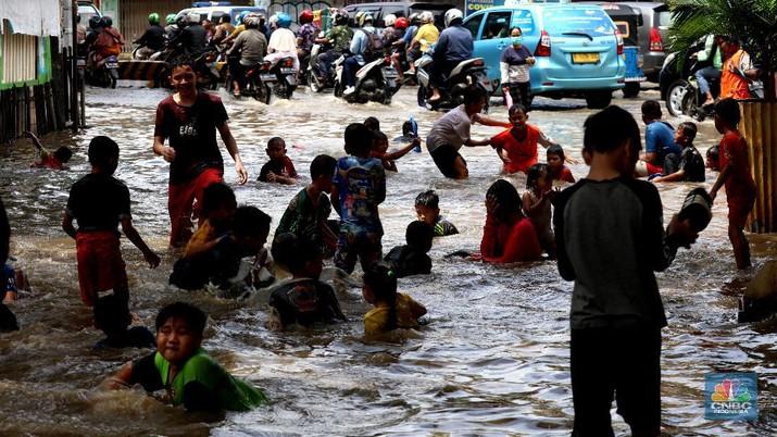 Tim SAR mengevakuasi warga yang terjebak banjir di kampung Kebon Pala, Jakarta, Senin (8/2/2021). (CNBC Indonesia/Tri Susilo)