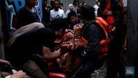 Momen Dramatis Evakuasi Lansia Terdampak Banjir di Kebon Pala