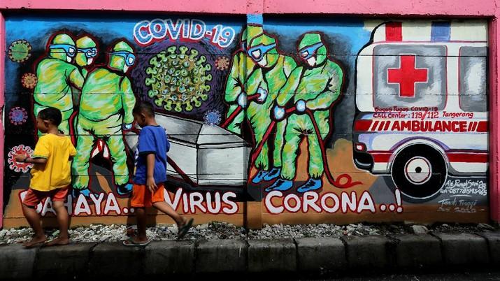 Mural Covid-19 di Tengah PPKM Mikro (CNBC Indonesia/ Tri Susilo)
