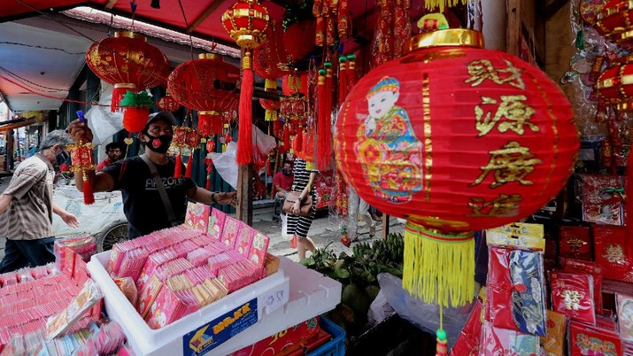 Menjelang perayaan Imlek sejumlah pedagang angpao dan pernak pernik imlek mulai memenuhi kawasan Pasar Lama, Kota Tangerang, Pasar Lama, Rabu (10/2/2021). (CNBC Indonesia/Tri Susilo)