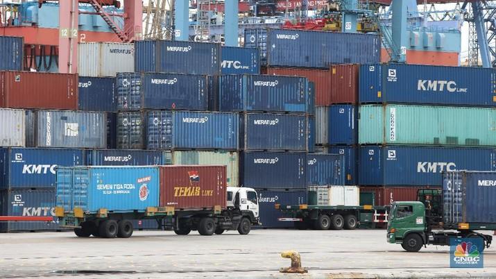 Suasana aktivitas bongkar muat peti kemas di Pelabuhan Tanjung Priok, Jakarta, Rabu (10/2/2021). (CNBC Indonesia/Andrean Kristianto)