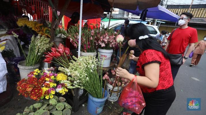 Pedagang menjajakan bunga yang dijual di Pasar Petak Sembilan, Glodok, Jakarta Barat, Kamis (11/2/2021). (CNBC Indonesia/Andrean Kristianto)