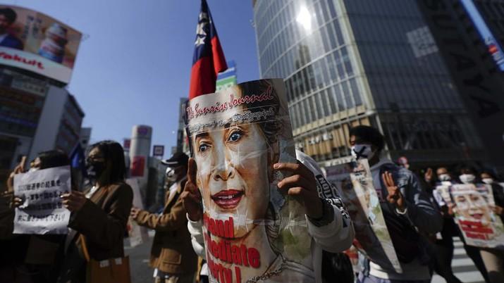 Demo tolak kudeta Myanmar. (AP/Eugene Hoshiko)
