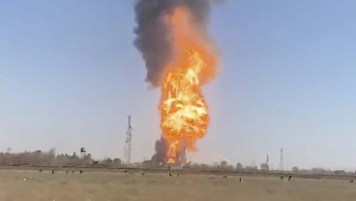 Ledakan truk BBM yang mengenai ratusan kendaraan terjadi di dekat kantor bea cukai perbatasan Afghanistan-Iran pada Sabtu petang, 13 Februari 2021. AP/