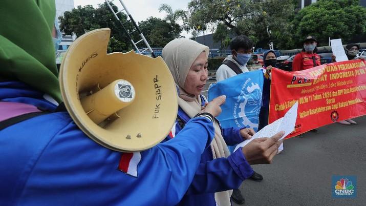Demo Buruh Tolak Omnibuslaw di Kemenaker (CNBC Indonesia/Tri Susilo)