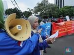 Melihat Demo Buruh Tolak UU Cipta Kerja di Depan Kemenaker