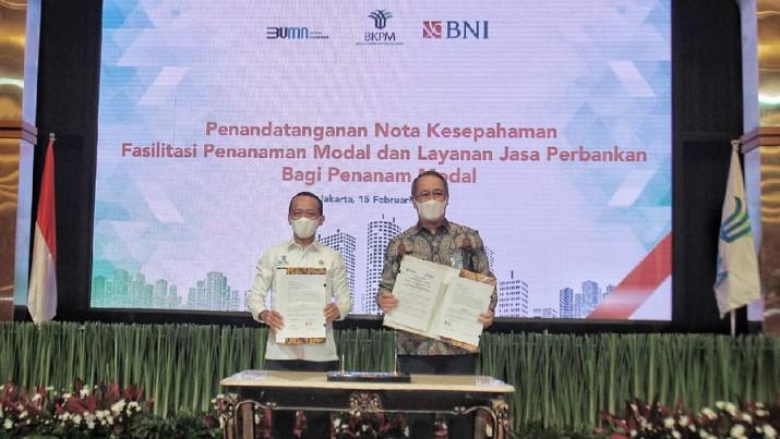 Direktur Utama BNI Royke Tumilaar (kanan) dan Kepala BKPM Bahlil Lahadalia (kiri) menandatangani Nota Kesepahaman (MoU) tentang Fasilitasi Penanaman Modal dan Layanan Jasa Perbankan bagi Penanam Modal di Jakarta, Senin (15 Februari 2021). Kerja sama ini akan memudahkan penanam modal asing untuk masuk ke Indonesia, dan penanam modal dalam negeri untuk meningkatkan usahanya di Indonesia.