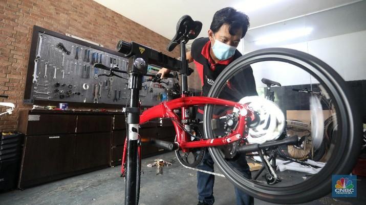 Calon pembeli melihat sepeda yang dijual di toko sepeda di kawasan Tangerang Selatan, Senin (15/2/2021).  (CNBC Indonesia/Andrean Kristianto)