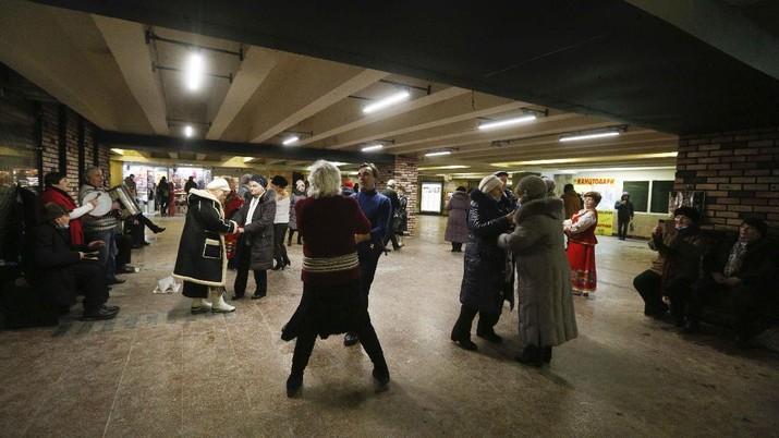 Elderly people dance in a pedestrian subway to mark Valentine's Day ignoring coronavirus quarantine restrictions in Kyiv, Ukraine, Sunday, Feb. 14, 2021. (AP Photo/Efrem Lukatsky)