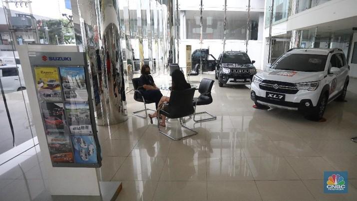 Calon pembeli melihat mobil baru di Showroom Suzuki di Kawasan Gading Serpong, Tangerang Selatan, Selasa (16/2/2021). Pemerintah memutuskan untuk memberikan insentif Pajak Penjualan Barang Mewah (PPnBM) atau pajak 0%. (CNBC Indonesia/Andrean Kristianto)