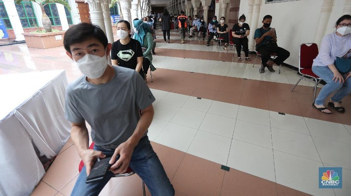 Antrian Vaksinasi Covid-19 di Pasar Tanah Abang (CNBC Indonesia/Tri Susilo)
