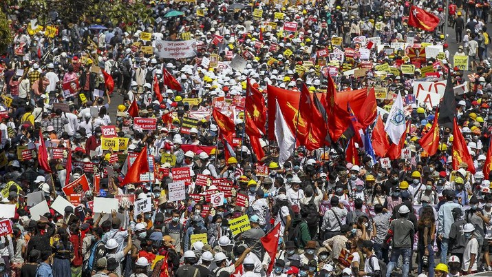 Demonstrators gather in an intersection close to Sule Pagoda to protest against the military coup in Yangon, Myanmar Wednesday, Feb. 17, 2021. The U.N. expert on human rights in Myanmar warned of the prospect for major violence as demonstrators gather again Wednesday to protest the military's seizure of power. (AP Photo)