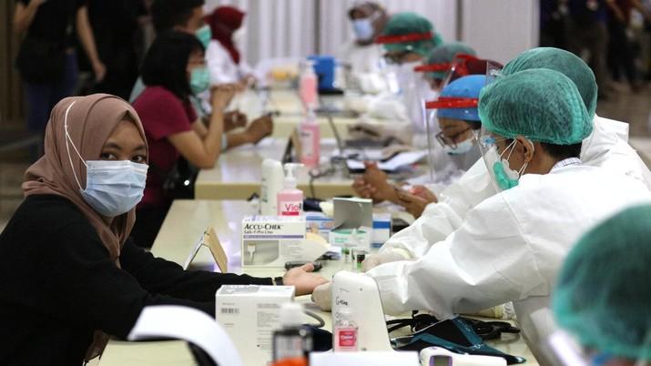 Vaksin Covid-19 di Pasar Tanah Abang (CNBC Indonesia/Tri Susilo)