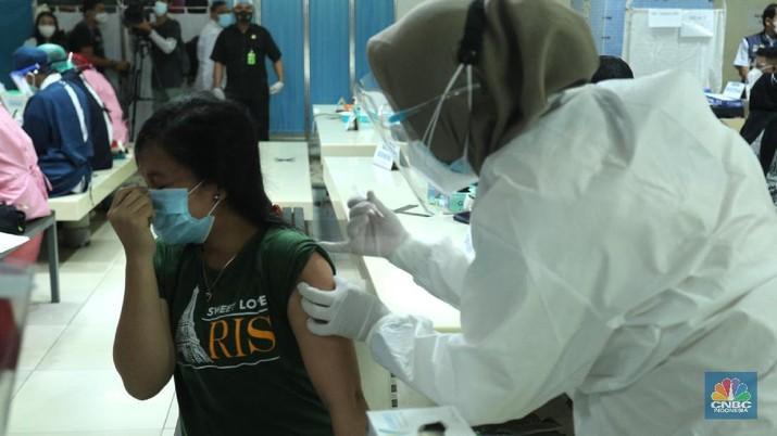 Vaksinasi Covid-19 terhadap para pedagang di Pasar Tanah Abang, Jakarta Pusat, Rabu (17/2/2021). Sebanyak 1.500 pedagang disuntik vaksin setiap hari, lokasi vaksinasi ada di dua titik, yakni di lantai 8 dan lantai 12 Blok A Pasar Tanah Abang. Ada 9.000 pedagang yang sudah terdata untuk menerima vaksin. (CNBC Indonesia/Tri Susilo)