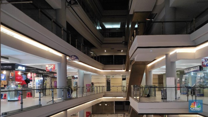 Suasana sepi dan sejumlah kios tutup  di pusat perbelanjaan Poins Square Lebak Bulus, Jakarta Selatan, Kamis (18/2/2021). (CNBC Indonesia/Andrean Kristianto)