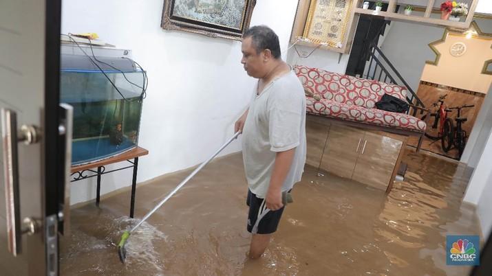 Aktivitas warga di pemukiman yang terendam air di Kawasan Cipinang Melayu, Jakarta, Jumat, 19/2. Banjir sekitar 1 meter merendam permukiman warga Cipinang Melayu Jakarta timur. Warga setempat mengungsi ke sejumlah tempat seperti pelataran parkir Universitas Borobudur. Menurut warga setempat kawasan RW 04 Cipinang Melayu kembali dilanda banjir sejak 03.30 WIB dini hari. Dia mengatakan jika banjir yang terjadi di daerahnya, karena luapan kali sunter akibat intensitas hujan yang tinggi. Sementara itu mesin pompa sudah disiapkan oleh pemadam kebakaran untuk menyedot air.(CNBC Indonesia/ Muhammad Sabki)