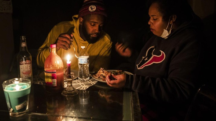 CORRECTS SPELLING OF LAST NAME TO MAMOU, NOT MAMU  - Howard and Nena Mamou  eat dinner at their home in the Glenwood neighborhood in Hutto, Texas, Tuesday, Feb 16, 2021. (Ricardo B. Brazziell/Austin American-Statesman via AP)