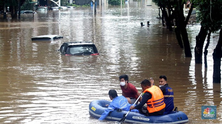 Banjir rendam mobil di Kemang (CNBC Indonesia/Muhammad Sabki)
