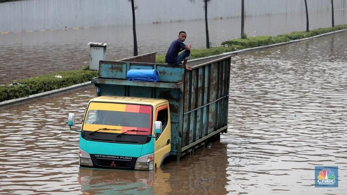 Banjir Ruas Tol TB Simatupang (CNBC Indonesia/Muhammad Sabki)