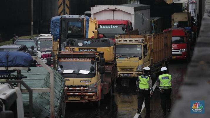 Macet Kejebak Banjir di Tol Jorr (CNBC Indonesia/Muhammad Sabki)