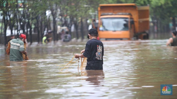 Sejumlah warga menjala ikan di samping tol JORR (CNBC Indonesia/Muhammmad Sabki)