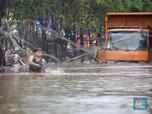 Warga Asik Menjala Ikan di tengah Kepungan Banjir Jakarta