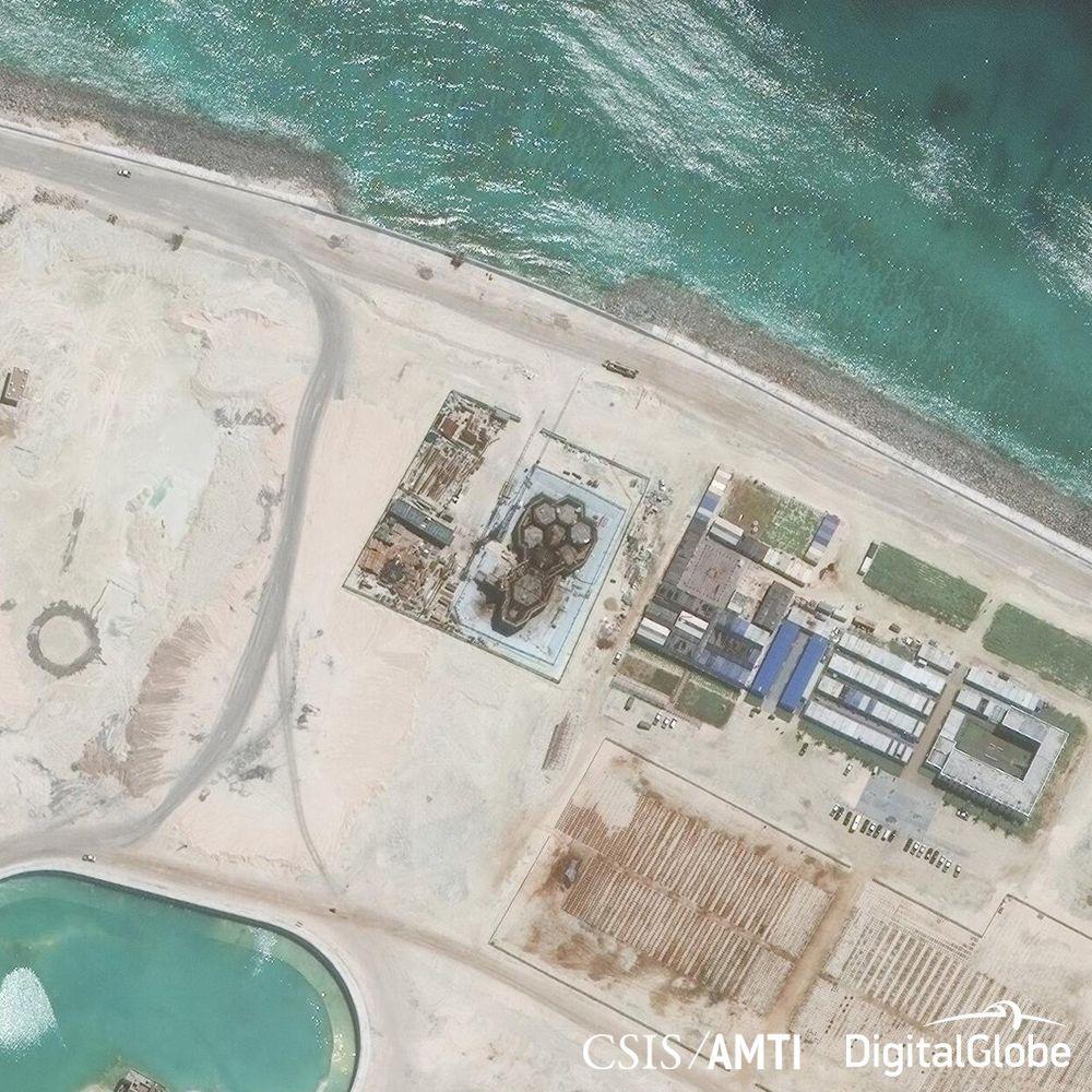 Gambar citra satelit mengungkapkan objek yang diduga infrastruktur untuk radar, antena dan apa yang diyakini mengarah pada sebuah pangkalan militer di Mischief Reef, July 22, 2016. (dok. CSIS Asia Maritime Transparency Initiative/Digital Globe)