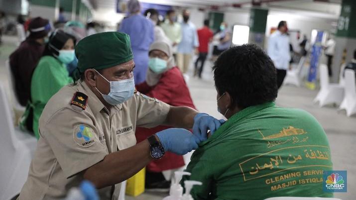 Suasana vaksinasi Covid-19 terhadap para tokoh lintas agama bertempat di Masjid Istiqlal, Jakarta, pada Selasa (23/2/2021). Pelaksanaan vaksinasi di Masjid Istiqlal dilakukan di bagian bawah atau bagian basement masjid. Para tokoh lintas agama yang divaksinasi diharapkan dapat dijadikan contoh dan teladan untuk memberikan sosialisasi pentingnya vaksinasi. Terlebih, vaksin ini sudah dinyatakan halal dan aman oleh Majelis Ulama Indonsia (MUI), Badan Pengawas Obat Makanan (BPOM) dan Badan Penyelenggara Jaminan Produk Halal (BPJPH). Alasan pemerintah melakukan vaksinasi di Masjid Istiqlal karena luas bangunan tempat ibadah umat Muslim ini terbesar di Indonesia. Seperti diketahui, vaksin Covid-19 mulai diberikan kepada masyarakat umum selain tenaga kesehatan.  (CNBC Indonesia/ Muhammad Sabki)