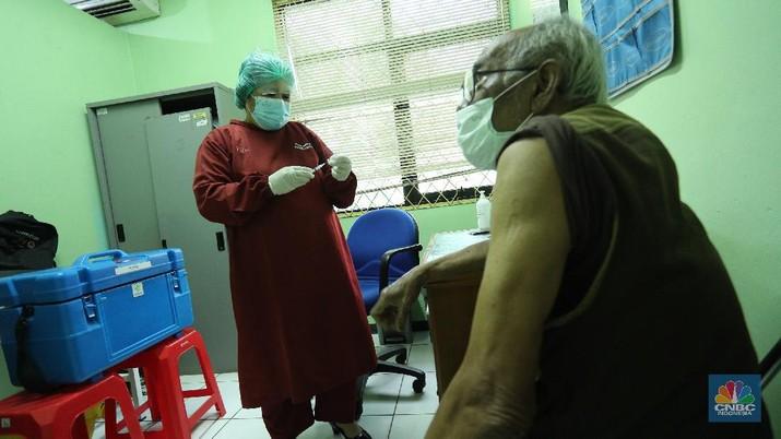 Sejumlah warga lanjut usia menjalani vaksinasi COVID-19 di Puskesmas Kecamatan Kembangan, Jakarta, Rabu (24/2/2021). Kementerian Kesehatan (Kemenkes) meminta warga lanjut usia (lansia) yang menjadi sasaran vaksinasi tahap kedua langsung datang ke fasilitas kesehatan terdekat untuk menerima suntikan dosis vaksin virus corona (SARS-CoV-2). Peserta vaksinasi tahap kedua yang menyasar 21,5 juta orang berusia di atas 60 tahun ini tak perlu melalui proses pendaftaran secara personal. Penyuntikan vaksin sehari 108 lansia, Leni Aryani (49) kepala puskesmas kecamatan kembangan mengatakan