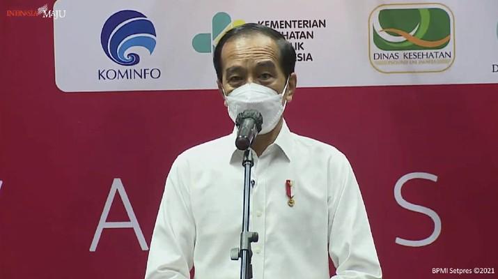 Jokowi meninjau vaksinasi wartawan di hall basket Senayan, 25 Februari 2021. (CNBC Indonesia/Aristya Rahadian)