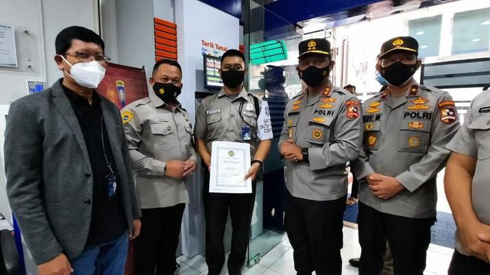 Petugas Keamanan BRI Mendapat Penghargaan dari POLRI dan Gugus COVID Makassar. (Dok. BRI)