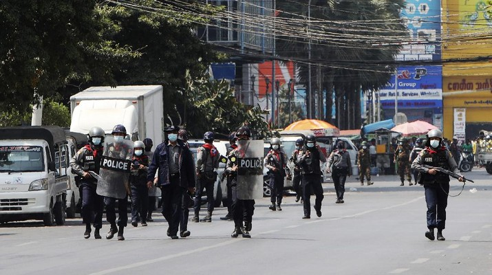 Polisi Myanmar Gunakan Peluru Karet untuk Bubarkan Pedemo di Yangon. AP/
