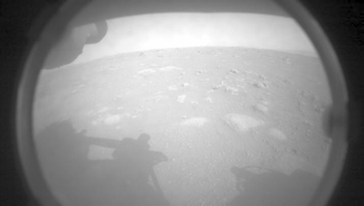 Penjelajah Mars Perseverance NASA memperoleh gambar dari area di depannya menggunakan Kamera Penghindaran Bahaya Kiri Depan A. Gambar ini diperoleh pada 18 Februari 2021 (Sol 0) pada waktu matahari rata-rata lokal pukul 15:53:58. (NASA/JPL-Caltech)