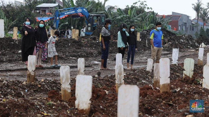 Pemakaman COVID-19 di TPU Srengseng Sawah Dua, Jagakarsa, Jakarta Selatan, Selasa, (2/3/2021). (CNBC Indonesia/Muhammad Sabki)