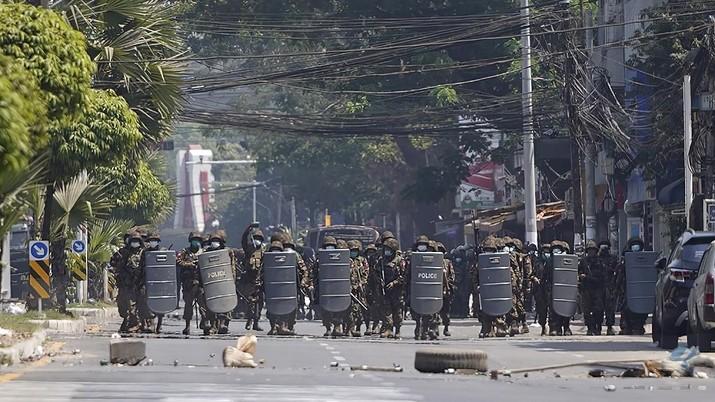 Polisi menembakan gas air mata saat demo di Myanmar. AP/