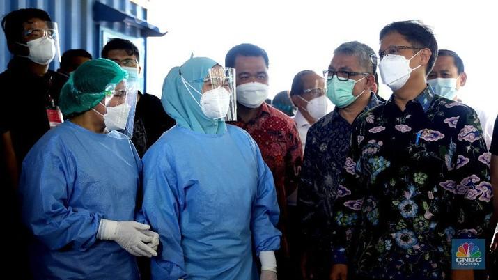 Menetri Kesehatan Budi Gunadi Sadikin melakukan kunjungan kerja ke vaksinasi drive thru di Kemayoran, Jakarta, Rabu (3/3/2021). (CNBC Indonesia/Muhammad SabkI)
