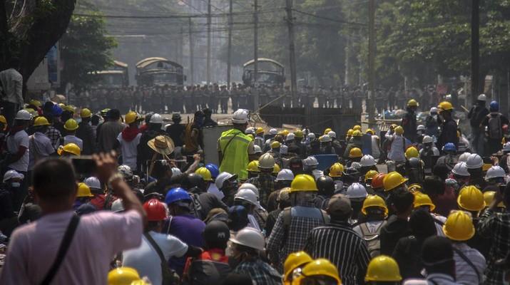 Para pengunjuk rasa memblokir jalan saat protes terhadap kudeta militer di Yangon, Myanmar, Rabu, (3/3/2021). AP/