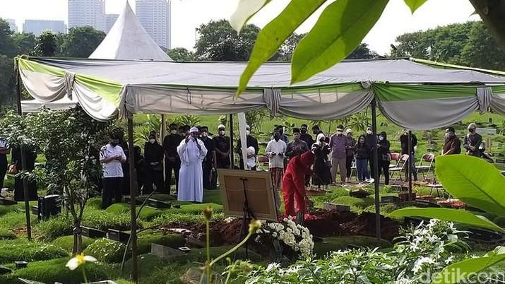 Rina Gunawan dimakamkan dengan protokol kesehatan. Foto: pingkan/detikhot