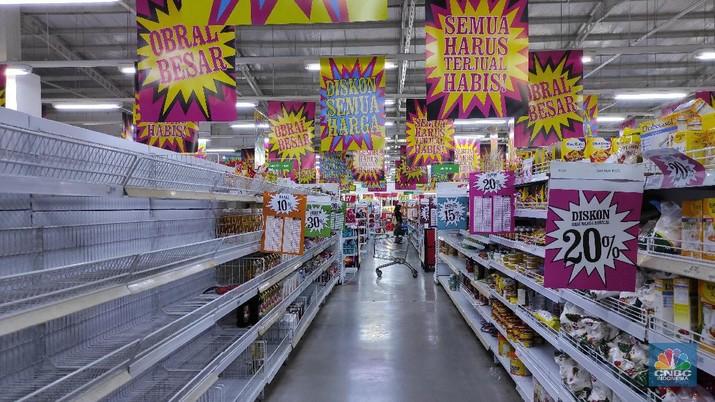 Pengunjung memlih produk yang dijual di supermarket Giant, Pondok Cabe, Tangerang Selata, Rabu (4/3/2021). (CNBC Indonesia/Andrean Kristianto)