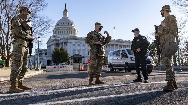 Penjagaan di Gedung Capitol Hill saat menerima ancaman dari kelompok militan pada Rabu (3/3/2021). (AP/J. Scott Applewhite)