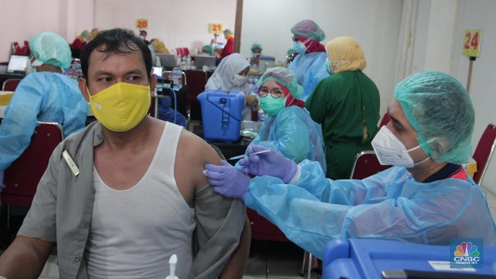 Vaksin massal di Mall CBD Ciledug, Tangerang, Banten, Kamis (4/3/2021). (CNBC Indonesia/Muhammad Sabki)