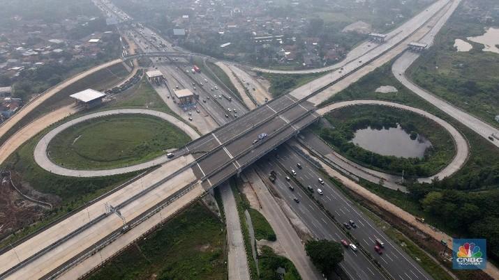 Foto aerial proyek pembangunan Jalan Tol Cengkareng -  Kunciran di kawasan Pinang, Tangerang, Banten, Jumat (5/3/2021). Kementerian Pekerjaan Umum dan Perumahan Rakyat (PUPR) tengah menyelesaikan tahap akhir pembangunan Jalan Tol Cengkareng - Batu Ceper - Kunciran sepanjang 14,19 Km. Saat selesai nanti, maka akan menghubungkan kawasan Serpong dan sekitar ke Bandara Soekarno-Hatta. Ruas tol ini merupakan salah satu dari 6 ruas Jalan Tol Jakarta Outer Ring Road (JORR II) yang dibangun untuk melengkapi struktur jaringan jalan di kawasan Metropolitan Jabodetabek (Jakarta, Bogor, Depok, Tangerang, dan Bekasi). Progres konstruksi Jalan Tol Cengkareng - Batu Ceper - Kunciran saat ini telah mencapai 93,06 % dan ditargetkan selesai Maret 2021. Ruas tol ini dikelola oleh PT Jasamarga Kunciran Cengkareng (JKC) dengan nilai investasi sebesar Rp 1,96 triliun. (CNBC Indonesia/ Andrean Kristianto)
