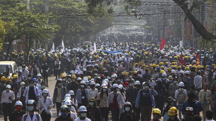 Protesters march on main road during an anti-coup demonstration in Mandalay, Myanmar, Sunday, March 7, 2021. The escalation of violence in Myanmar as authorities crack down on protests against the Feb. 1 coup is raising pressure for more sanctions against the junta, even as countries struggle over how to best sway military leaders inured to global condemnation. (AP Photo)