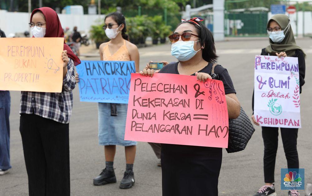Aktivis perempuan melakukan aksi peringatan Hari Perempuan Sedunia di Monas, Jakarta, Senin, (8/3/2021). (CNBC Indonesia/Muhammad Sabki)