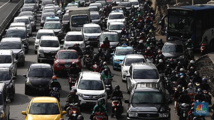 Kemacetan saat PPKM di Jalan Gatot Subroto, Jakarta, Selasa, (9/3/2021). (CNBC Indonesia/Muhammad Sabki)