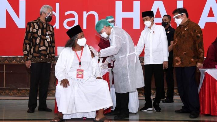 Jokowi Tinjau Vaksinasi Massal Ulama, Tokoh Lintas Agama, dan Santri Provinsi Jawa Tengah (Lukas - Biro Pers Sekretariat Presiden)